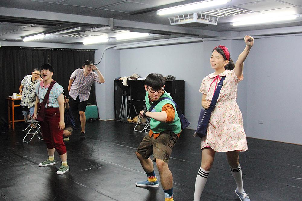 劇團成員在排練場中發揮演技,他們不但身兼演員,還可能是劇本創作者或幕後工作人員。(攝影/Carter)