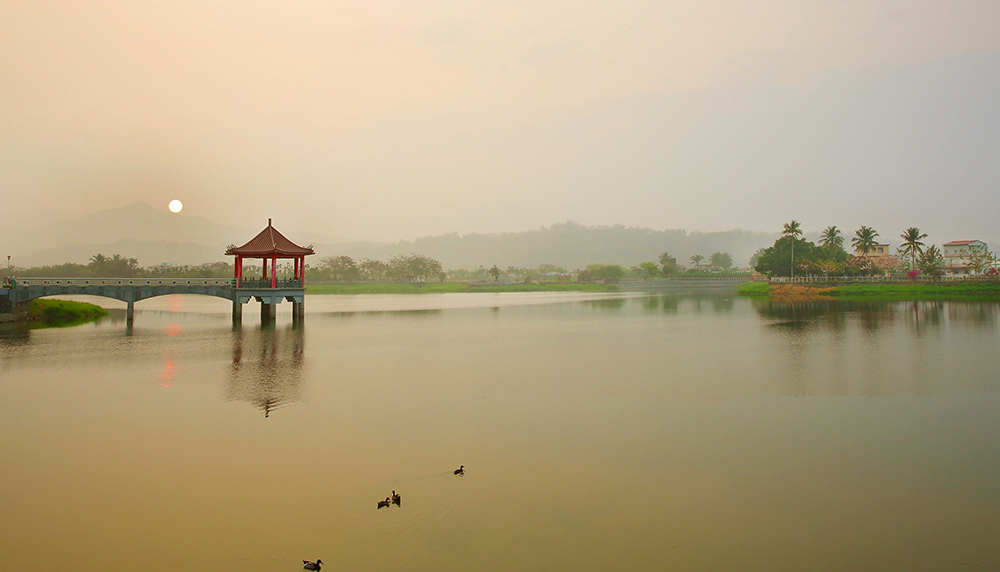 霧靄中朦朧的美濃湖日出,有如潑墨山水畫。(攝影/Carter)