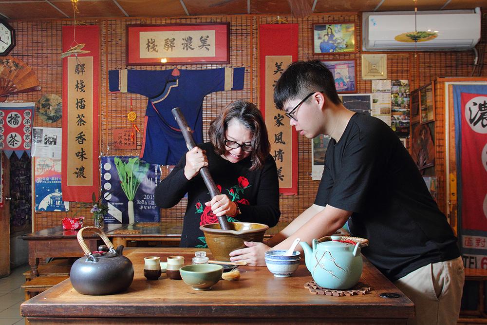 美濃擂茶首創鋪可體驗親手製作擂茶。(攝影/Carter)