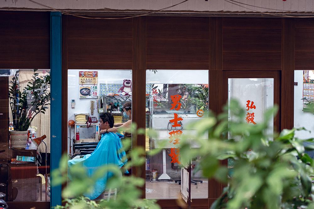 舊眷村的老店面和生活樣貌,依然存在於巷弄中。(圖片提供/洪立)