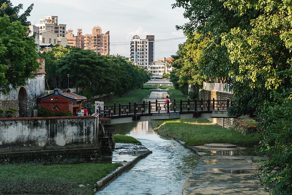沿著鳳山溪散步,在潺潺溪水與綠意中感受到老城的慢活步調。(圖片提供/洪立)