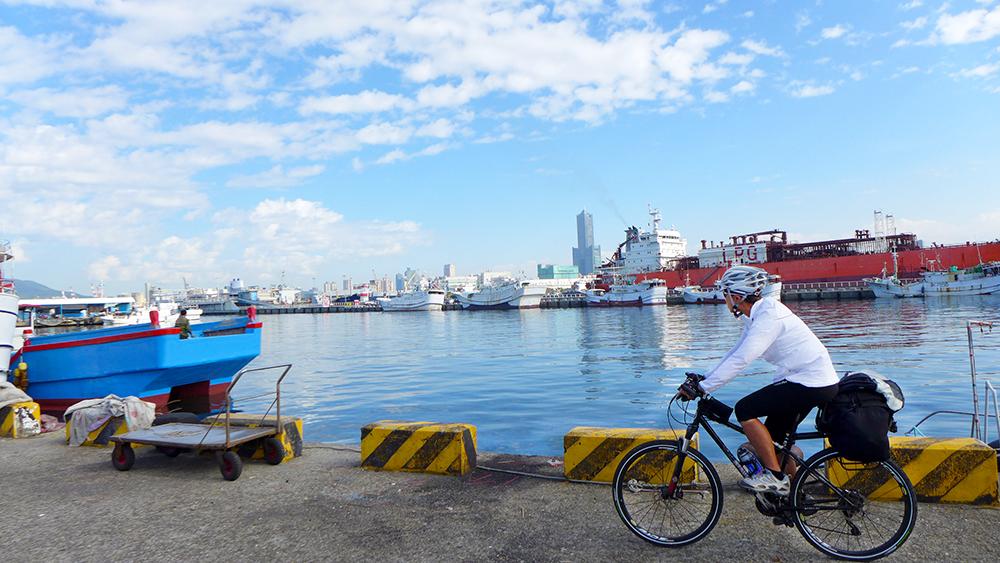 車騎累了,可休息一下,欣賞海天一色的海岸風光。(圖片提供/Eddie)