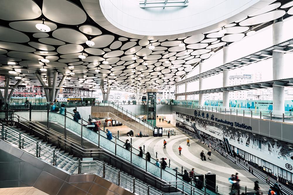 高雄車站結合了台鐵、高捷、客運及公車轉運站,並規劃出計程車、自行車道等。(攝影/陳建豪)