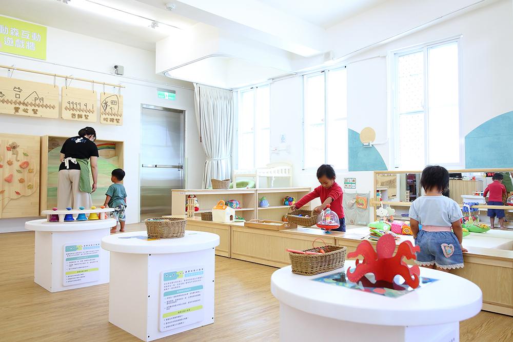 新啟用的桃源育兒資源中心,空間寬敞明亮充滿溫馨感的空間,以及讓幼童舒適自在的木地板。(攝影/Carter)