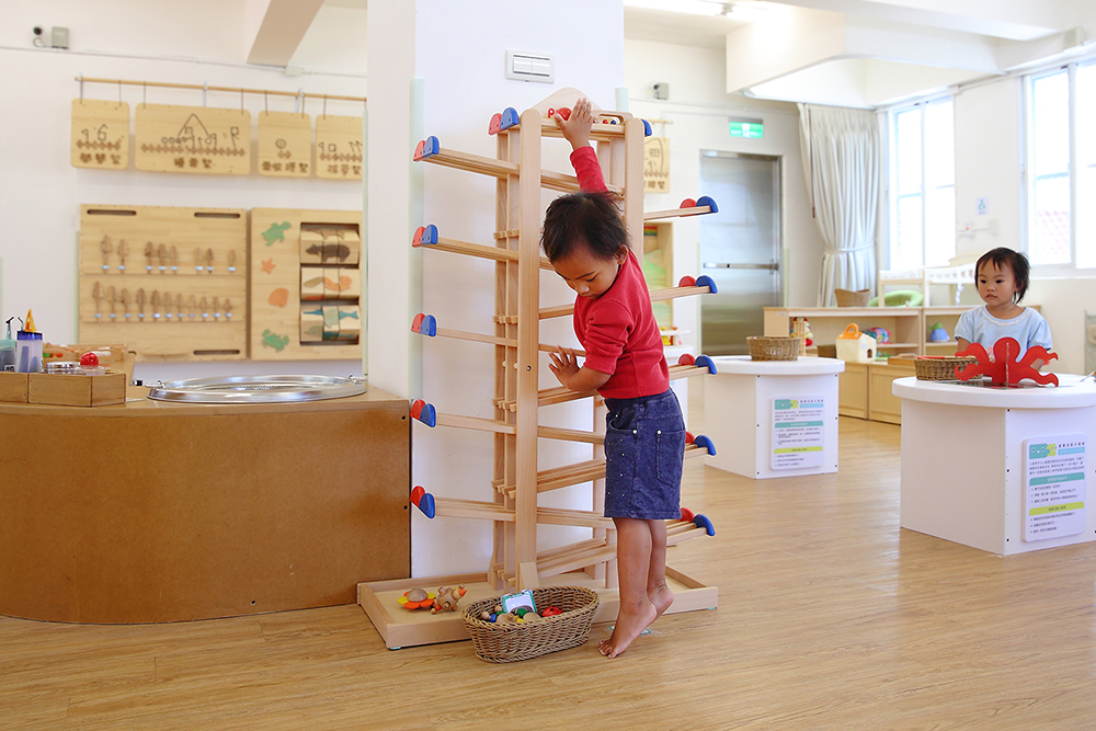 在桃源育兒資源中心裡,有豐富的遊樂器材與童書等設備,提供親子一起玩遊戲、自由互動的空間。(攝影/Carter)