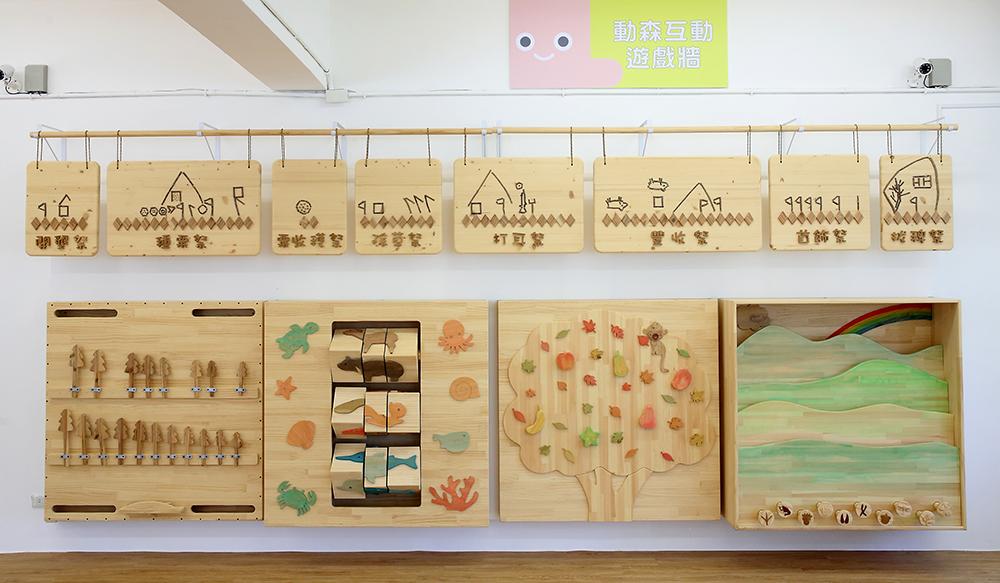 動物森林互動遊戲牆彩繪當地語言圖騰,以森林動物作裝飾,下方設計4款互動遊戲。(攝影/Carter)