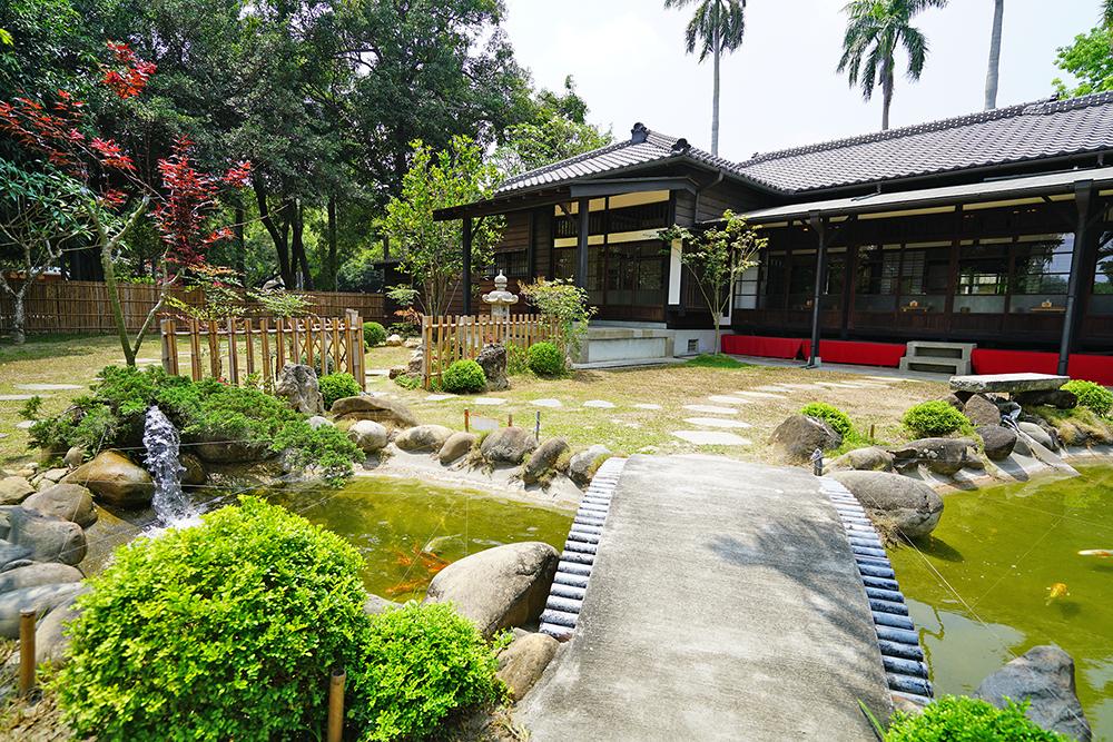 日式庭園伴隨灰瓦厝走過悠悠歲月,見證老屋的過去與新生。(攝影/Cindy Lee)