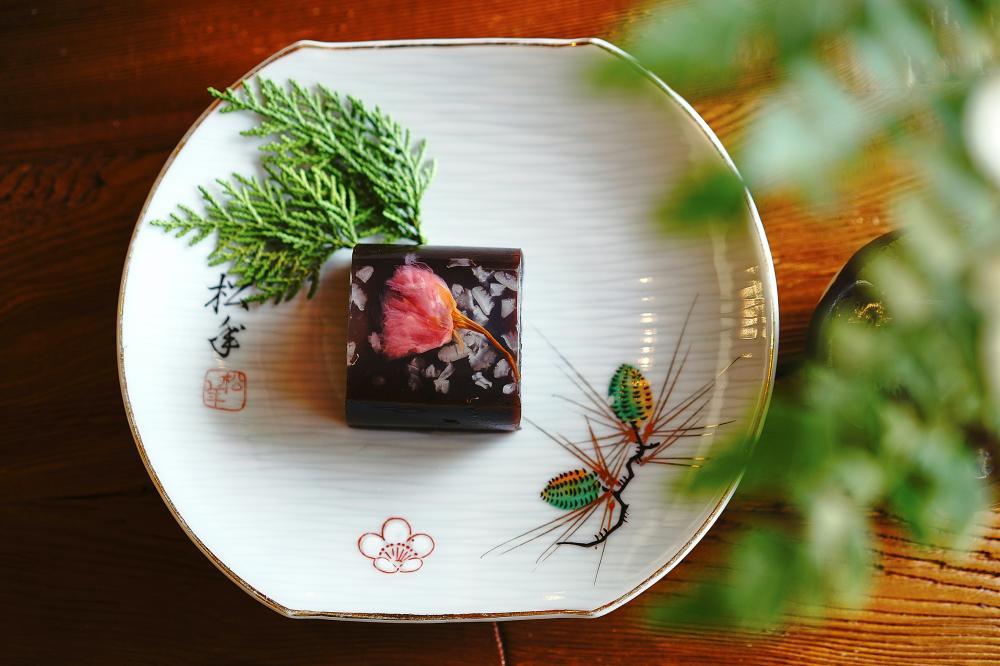 春季的「櫻花伯爵羊羹」以伯爵茶製成羊羹,微鹹的鹽漬櫻花平衡羊羹的甜味,脆口錦玉羹凍結落櫻之美。(攝影/Cindy Lee)