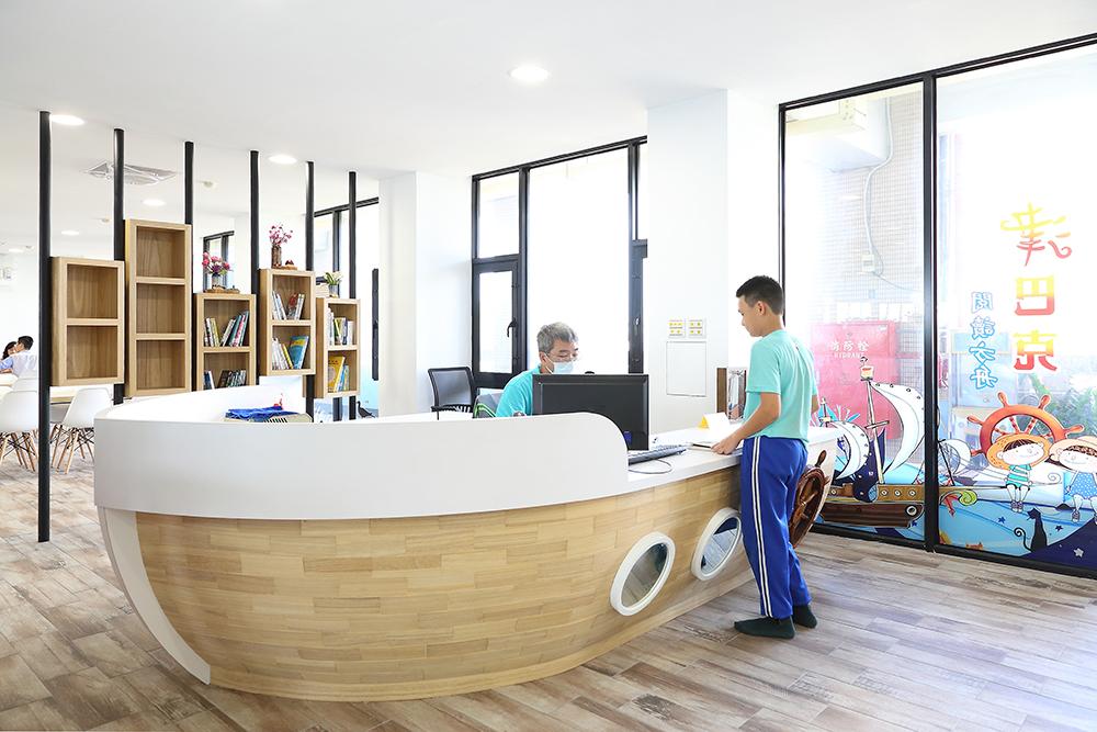 入口處圖書借閱區打造成一艘方舟造型,與海洋意象相呼應。(攝影/Carter)