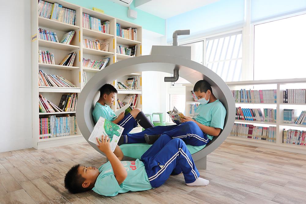 最受孩子們歡迎的是二座潛水艇閱讀椅,除了可以窩在裡面讀書,上面的潛望鏡還可以看到外面的風景!(攝影/Carter)