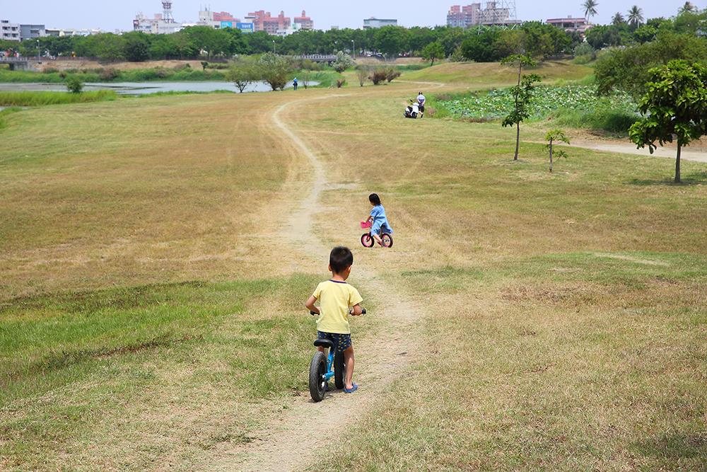 岡山典寶溪滯洪池環湖步道不只是高雄人氣練跑路線之一,也是踏青休閒好去處。(攝影/Carter)