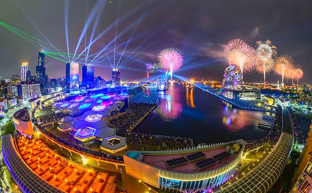睽違20年的國慶煙火照亮明媚港灣,成為高雄旅遊新話題,預計將帶給市民最燦爛的雙十假期。圖為2021跨百光年系列活動照片。 (攝影/林宥成)