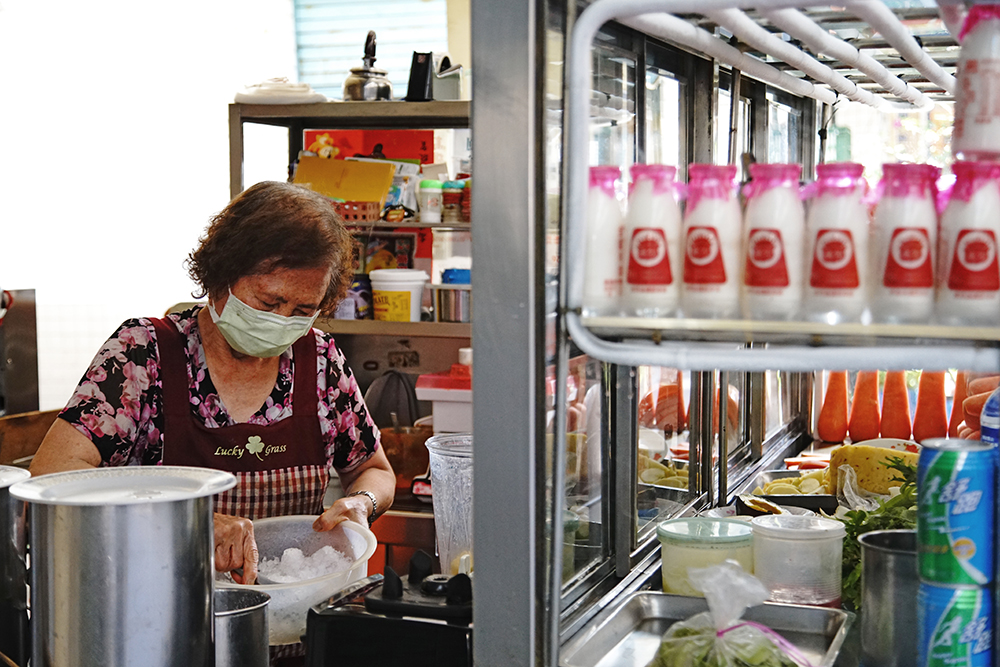 老闆娘平時一個人張羅果汁店大小事。(攝影/曾信耀)