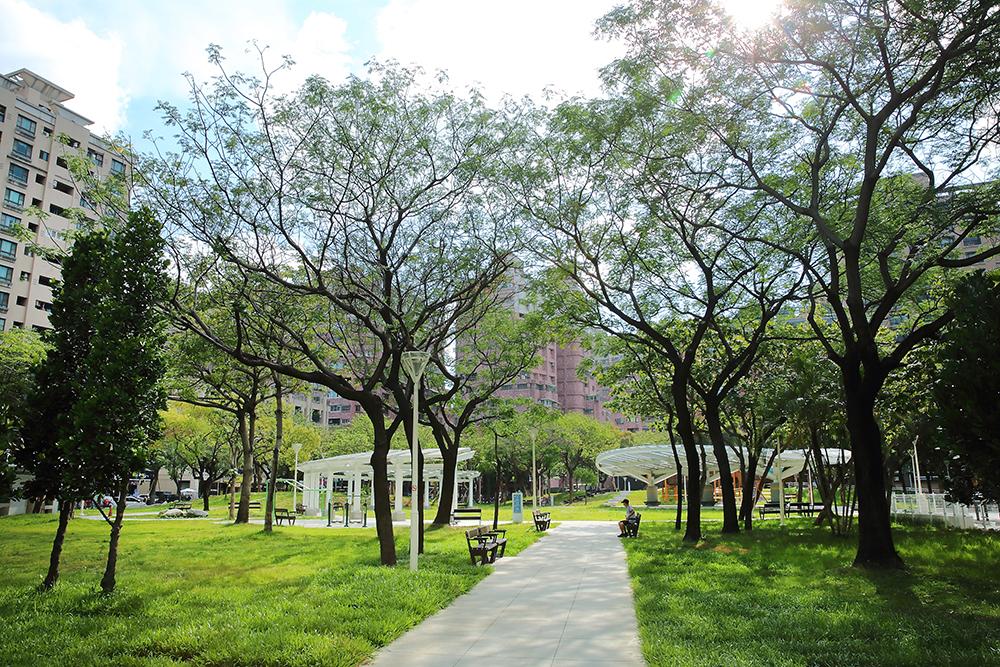 左營福山公園經全面改造更新,成為具有多元遊戲設施,老少咸宜的共融式遊樂場,讓高雄居民可以放心休憩遛小孩。(攝影/Carter)