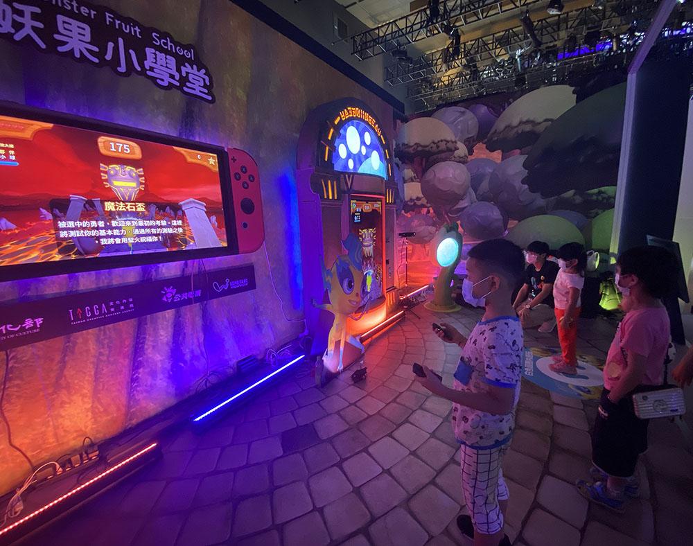 有趣又動感的妖果小學堂體驗遊戲,很適合親子一起遊玩。(圖片提供/哇哇科技)