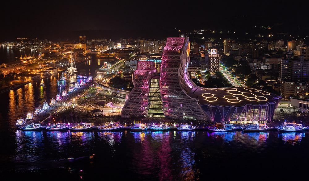 海巡船隊五光十色的燈光映射下,將高雄港夜空妝點地更為繽紛璀璨。(攝影/Leo Chung)