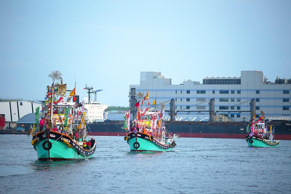 海巡船隊陣容浩浩蕩蕩駛進高雄港。(攝影/楊為仁)