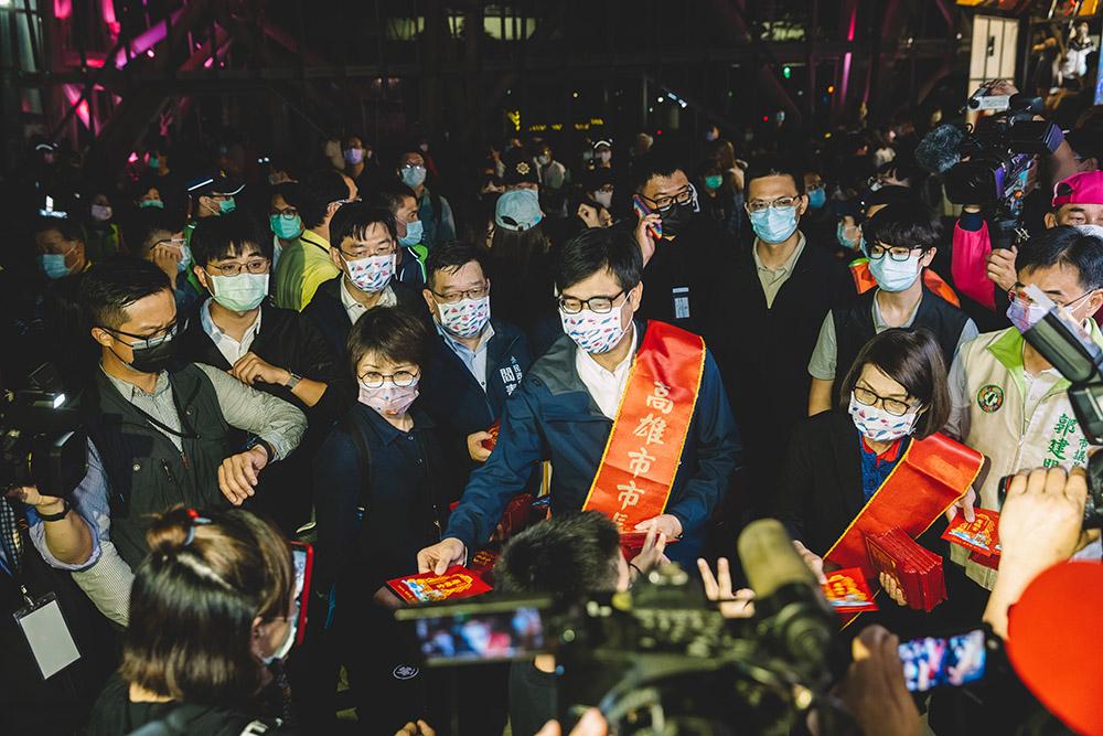 陳其邁市長現場發送壓轎金,信眾擠得水洩不通。(攝影/Kito)