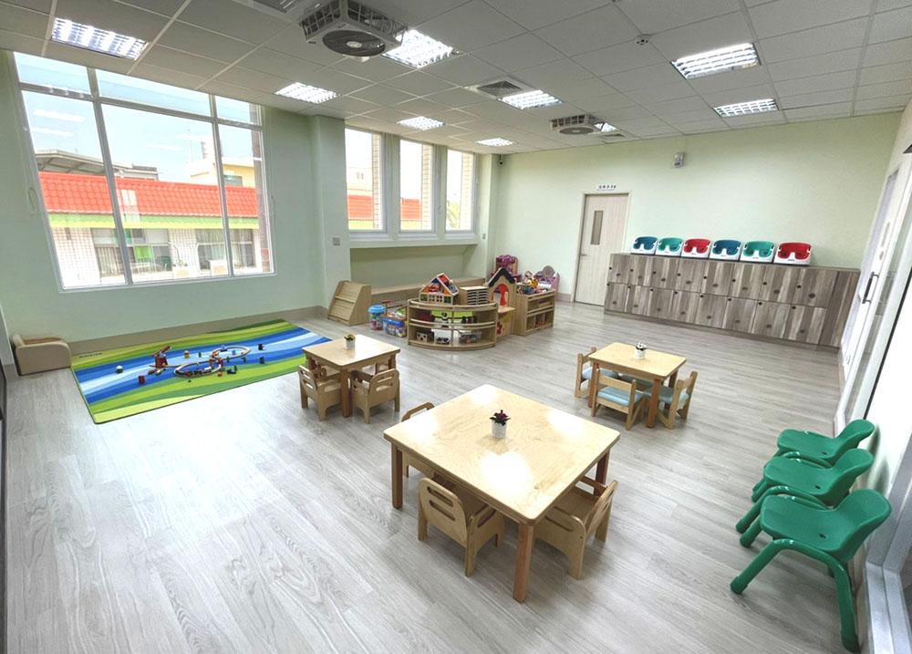 分齡設置的教具櫃,結合感統活動提供給不同年齡層的幼兒。(圖片提供/財團法人臺南市繻愛希望教育關懷協會)
