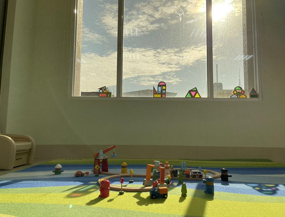 家園內設置0-2歲探索遊戲活動區,是大人小孩都能開心遊戲的親子休閒空間。(圖片提供/財團法人臺南市繻愛希望教育關懷協會)