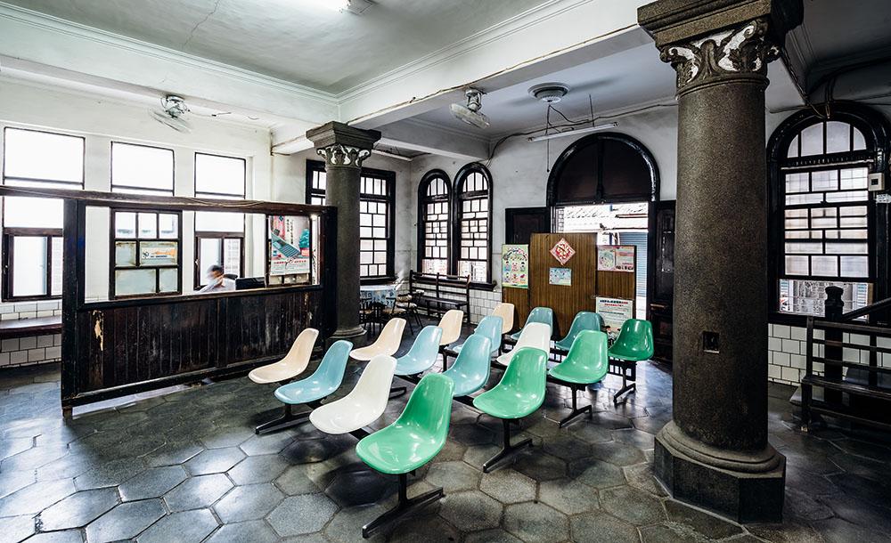 太原診所內部的裝潢仍保留日本時代樣貌,不少設備是從第一代王查某醫師傳承至今。(攝影/陳建豪)