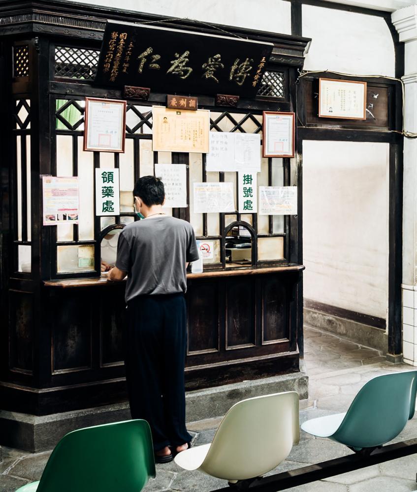 博愛為仁的匾額,是第二代王愛育醫師回太原診所執業時,原任職單位臺北帝大的贈禮。(攝影/陳建豪)