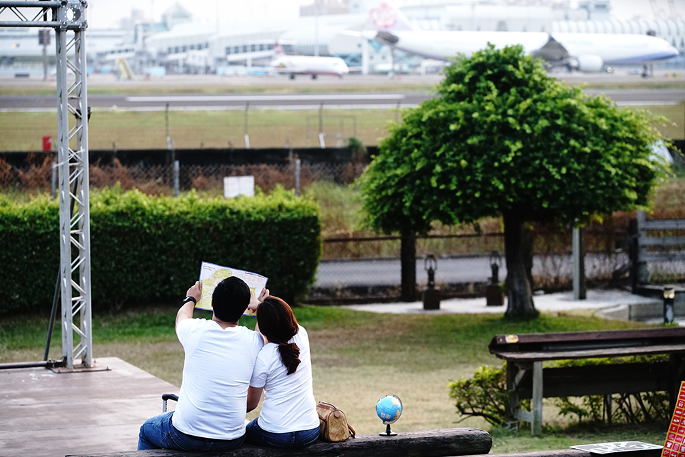 在小港機場旁有許多景觀咖啡廳,可以近距離欣賞飛機起降。(攝影/曾信耀)