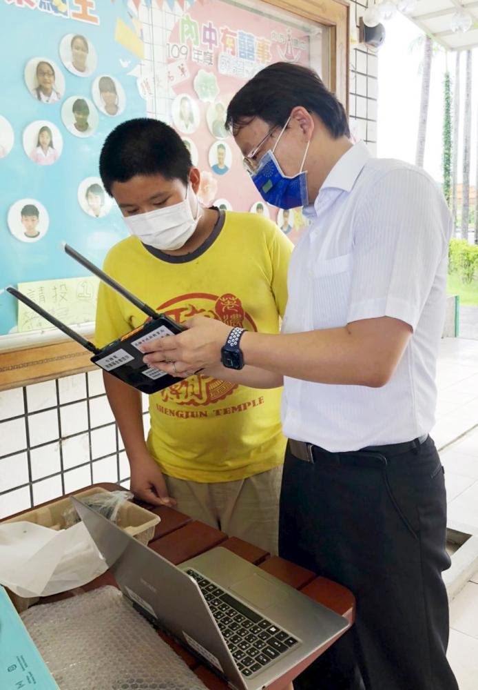 台積電基金會捐贈200台再生筆電,支援偏鄉學子的遠距教學。(圖片提供/高雄市政府教育局)