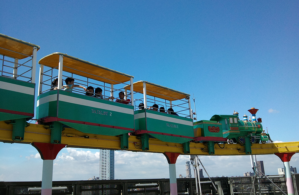 遊園小火車每5分鐘一趟巡迴,和其他樂園火車不同的是,從車廂內看到的風景又高又遠,讓人感到新鮮又刺激。(圖片提供/大立百貨空中樂園)