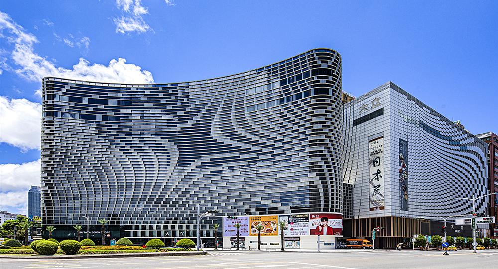 大立百貨A館與B館,是高雄熱鬧的五福商圈醒目的地標。(圖片提供/大立百貨)