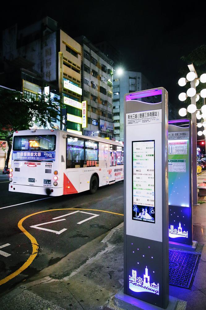 部分新型站牌加設LED及LCD螢幕,不但可顯示公車動態資訊,還能夠播放市政行銷宣導影片。(攝影/Carter)