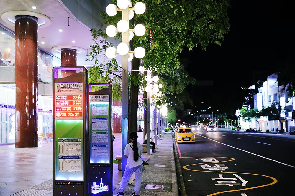 交通局在三多、五福商圈及學校周邊等重要公車站位,首先進行38座智慧型站牌汰舊換新。(攝影/Carter)
