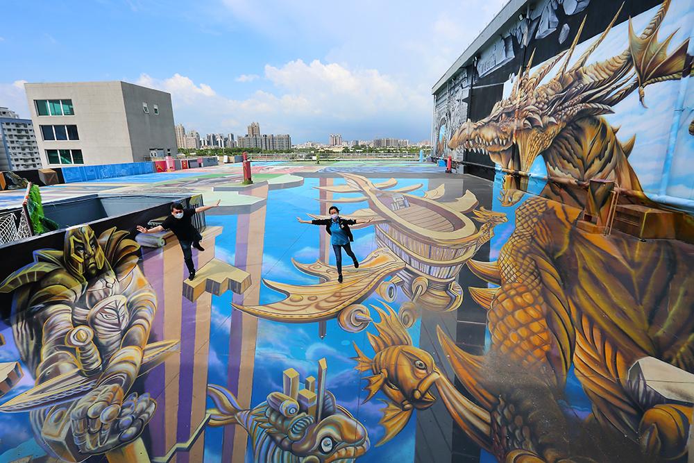 天空之城位於詩舒曼蠶絲文化園區頂樓,號稱擁有全臺最大規模的3D立體彩繪。新登場的飛船與金色飛龍,帶領遊客走入時空之城的冒險。(攝影/Carter)