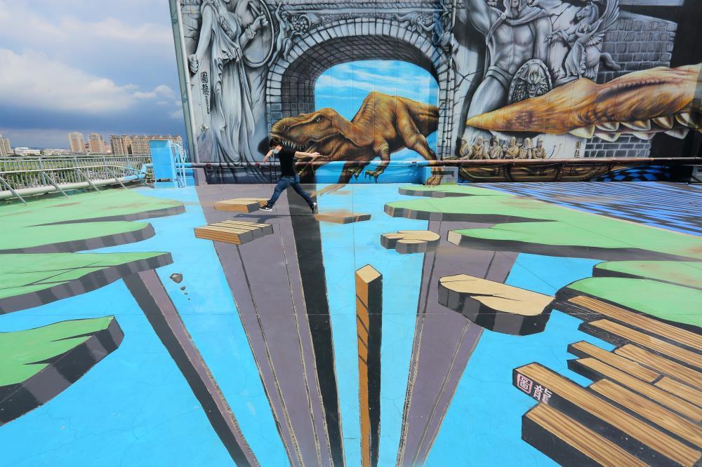 大型3D立體彩繪張力十足,巨大恐龍、飛船栩栩如生。(攝影/Carter)