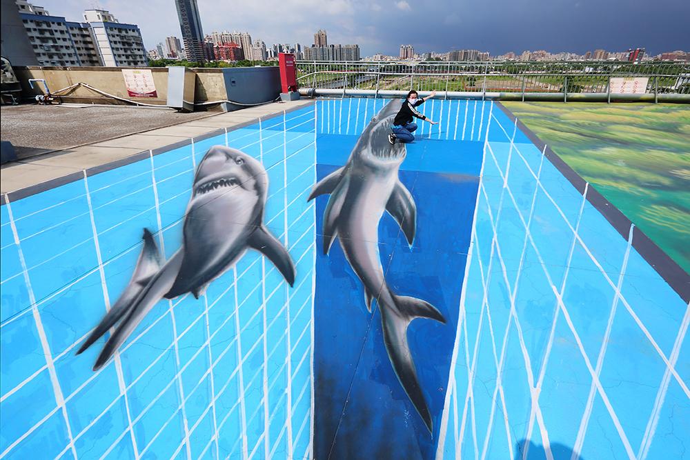 一不小心就會跌落鯊魚的血盆大口,借位玩拍讓人快門按不停。(攝影/Carter)