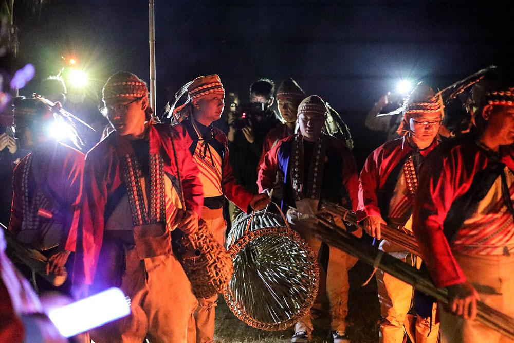 天還未亮,卡那卡那富族即前往楠梓仙溪河畔舉行河祭,感謝河川賜予漁獲豐收。(圖片提供/高雄市立歷史博物館)