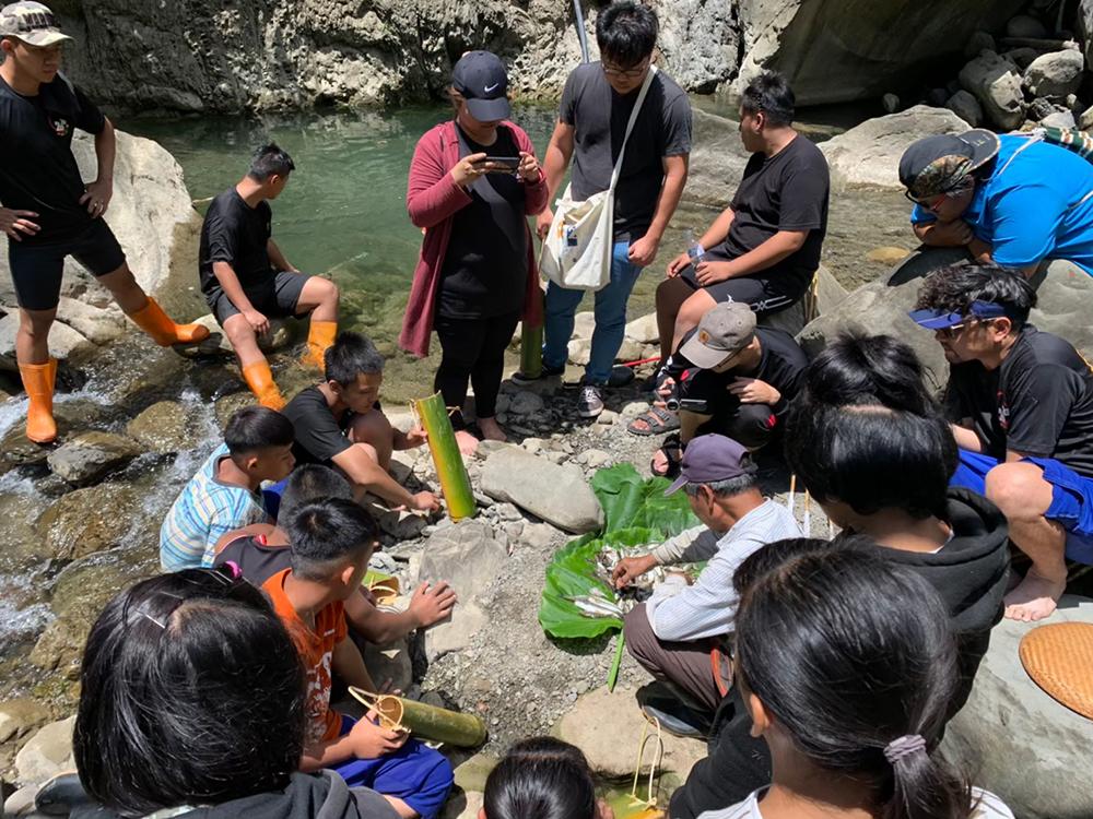 文化團體與耆老們透過族語學習、參與祭典和活動講座,帶領年輕族人學習傳統部落文化。(圖片提供/高雄市拉阿魯哇族文教協進會)
