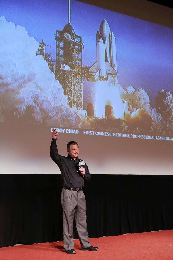 對與會同學們踴躍表達對外太空的好奇,焦立中博士熱切分享。