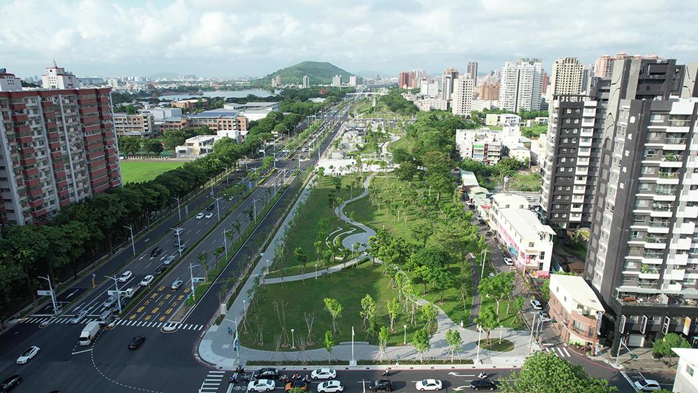 鐵道地下化後變身為綠廊道,讓高雄的城市景觀再升級。(圖片提供/高雄市政府工務局)