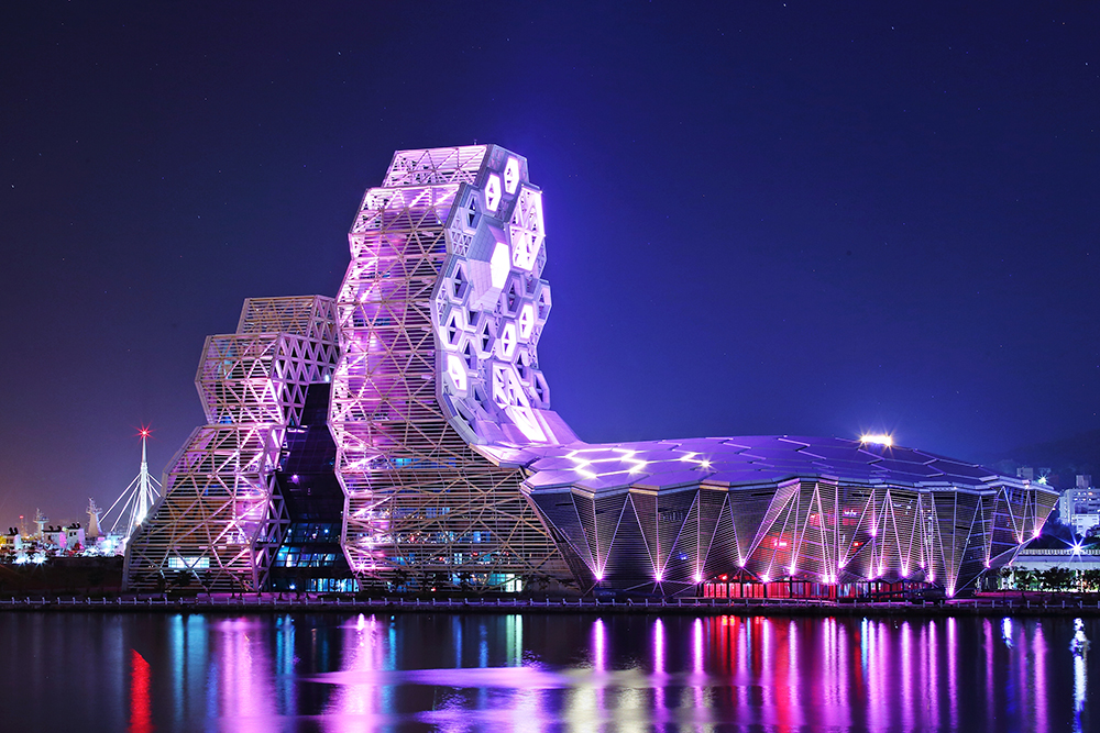 高雄流行音樂中心在2021年全球卓越建設獎的公建設部門中勇奪金獎,是新一代臺灣建築設計之光。(攝影/Carter)