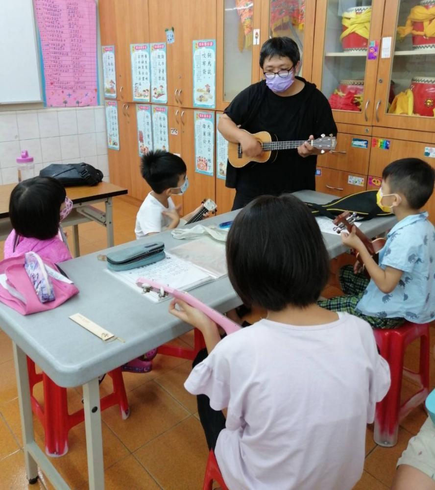 志工老師教授孩子烏克麗麗,孩子們從一竅不通到站上舞台上自信演出,博得滿場好評。(圖片提供/高雄市政府社會局)