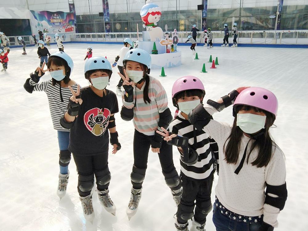 林園區文賢社區規劃活潑多元的課程,帶孩子們學習直排輪、滑冰、划獨木舟,培養健全的身心。(圖片提供/高雄市政府社會局)