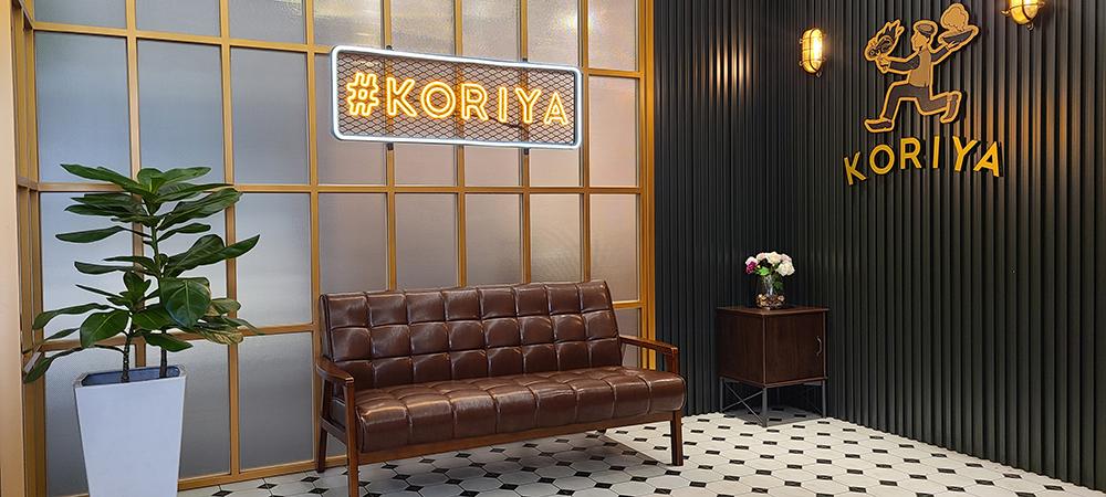 店門口以黑白地磚、復古沙發和燈飾營造往日風情,是受歡迎的拍照打卡點。(圖片提供/可利亞)