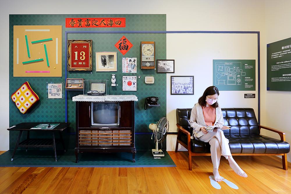電視機、老沙發座椅等物件重塑往昔眷舍的空間規劃,可以窺見眷村既平凡又特殊的生活語境。(圖片提供/Carter)