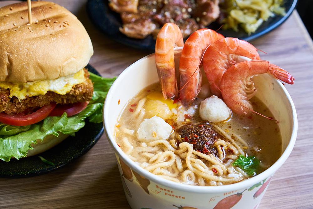 美迪亞漢堡店的鍋燒麵是許多高雄人從小吃到大的回憶。(攝影/Cindy Lee)
