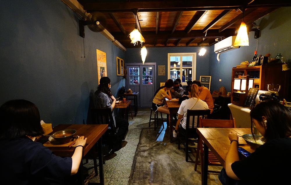 傳承整修外公的老房子,與咖啡館共用空間,詩晴不在乎翻桌率,鼓勵客人慢慢吃麵、慢慢喝咖啡。(攝影/Cindy Lee)