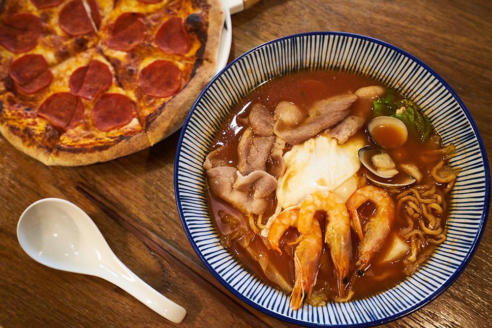 臘腸狗比薩搭配番茄意麵,一口臺灣味、一口義大利風情,一次滿足雙重享受。(攝影/Cindy Lee)