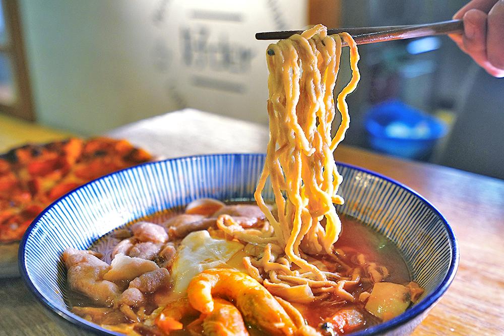 鍋燒麵湯頭濃郁、真材實料,擁有魔性的庶民魅力。(攝影/Cindy Lee)