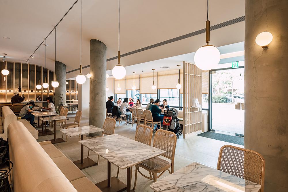 空間中大量留白,搭配自然材質的桌椅軟件,呈現細膩沉靜的氛圍,做為逛美術館的尾聲,提供一段沉澱、梳理與思考的時光。(攝影陳建豪)