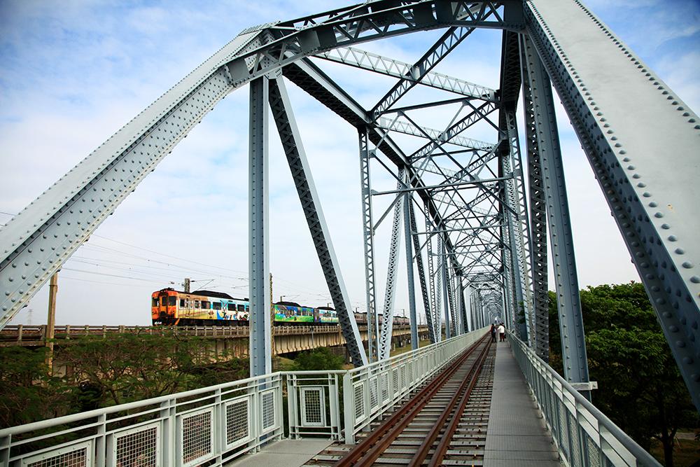 在舊鐵橋天空步道感受時光交錯的記憶。